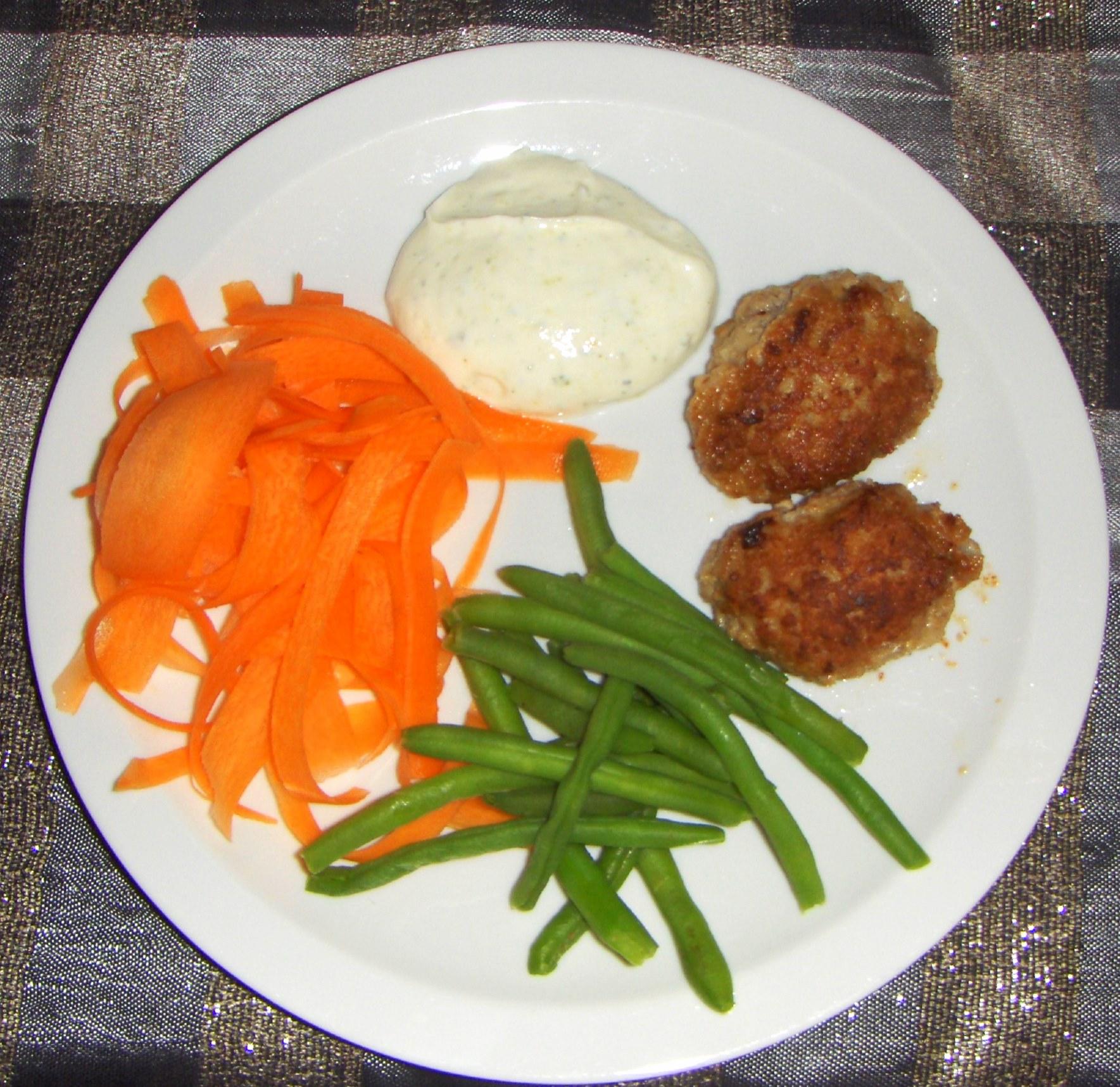 Frikadeller med gulerødder, bønner og græsk dressing