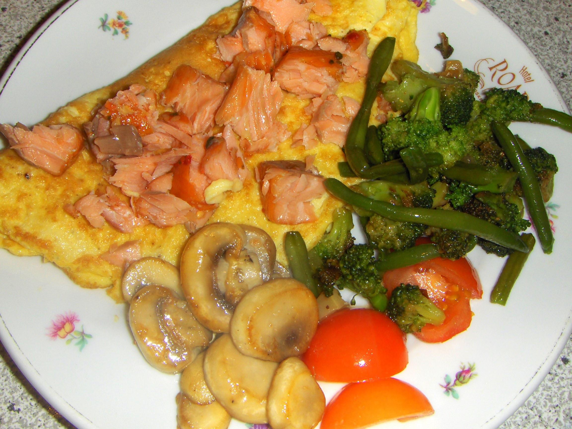 Omelet med varmrøget laks