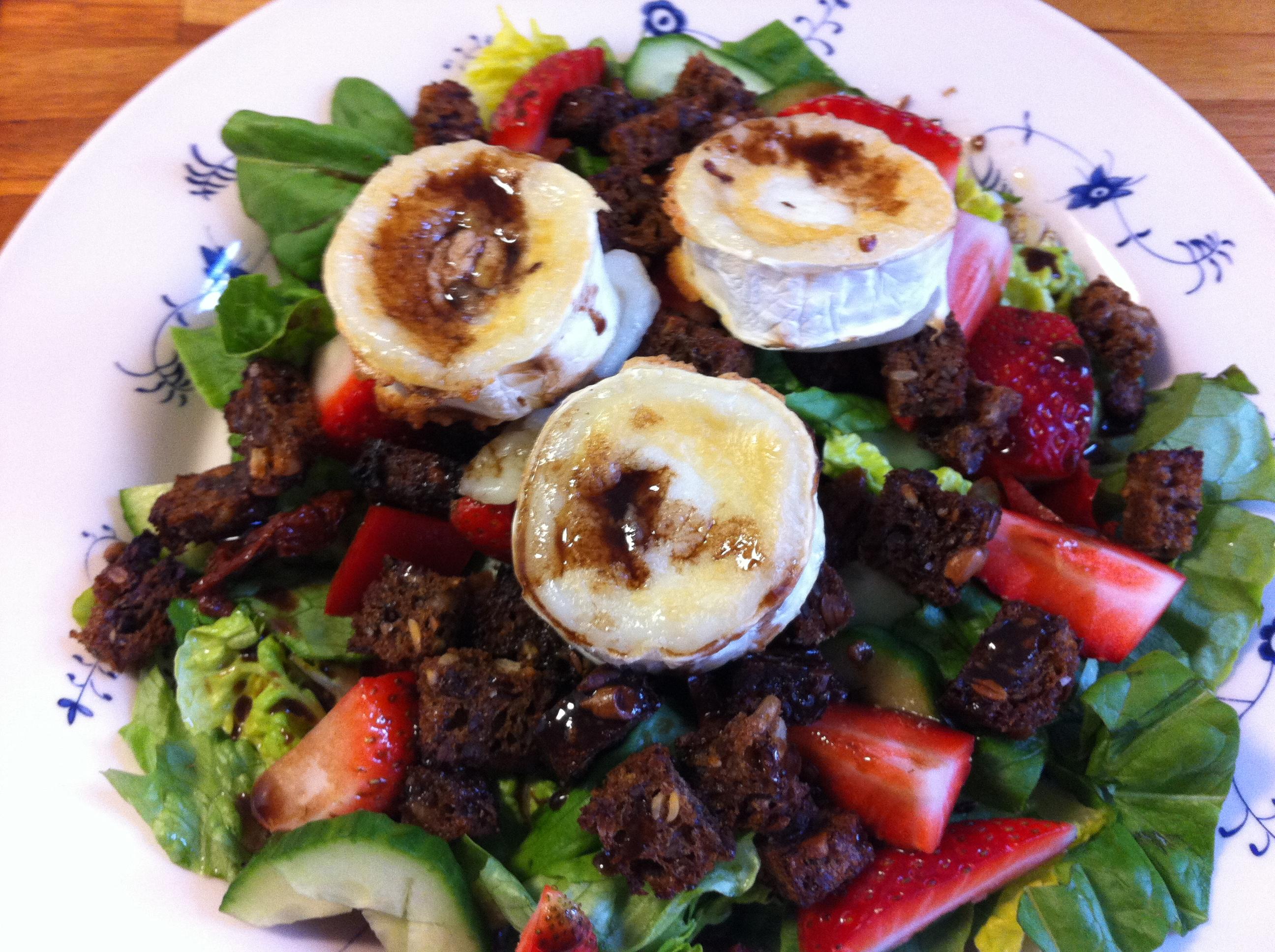 Gedeostsalat med ristede rugbrødcroutoner – af Nina Jensen