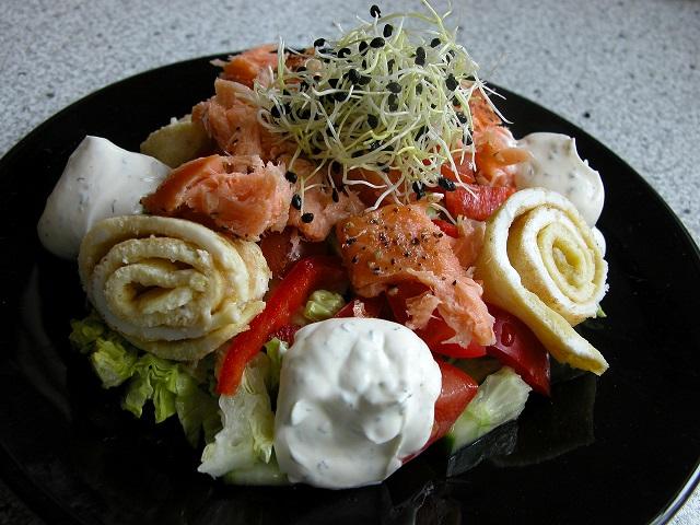 Lakse salat med omelet