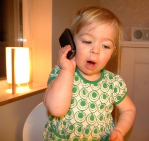 Baby snakker i mobil