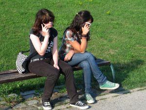 piger snakker i mobil