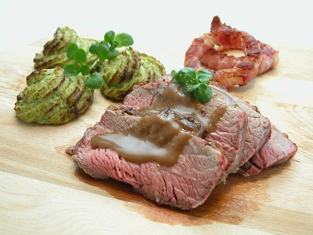 Grillet Oksecuvette med grøntsags toppe og baconringe