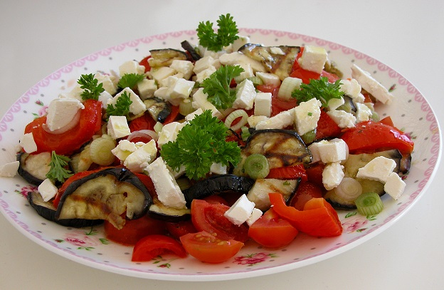 Salat med grillet grøntsager