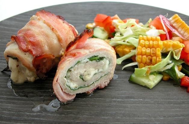Snitzelrulle med spinat, ost og bacon