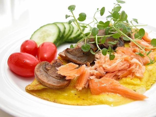 Omelet med ost, varmrøget laks og champignons – LCHF