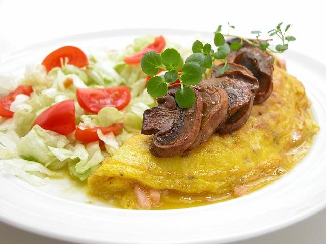 Omelet med skinke og champignons