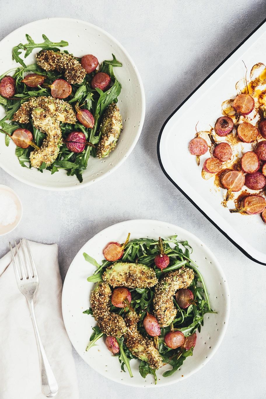 """Grøn salat med stegt avokado og bagte radiser – fra bogen """"Vegetar"""""""