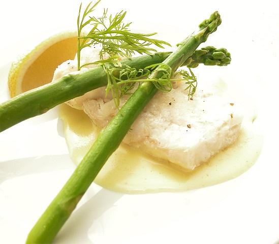 Torsk med asparges og hjemmelavet Hollandaisesauce
