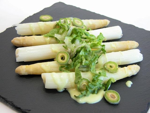 Hvide asparges med grønne friske mandler og hollandaise.